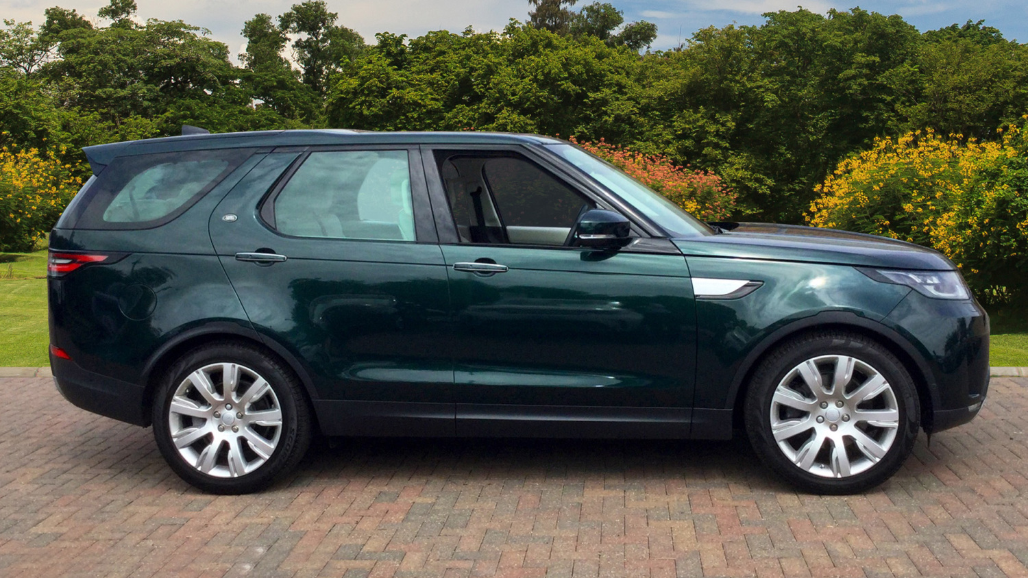 5 Used Land Rover Discovery Models in Our Favourite Colours!